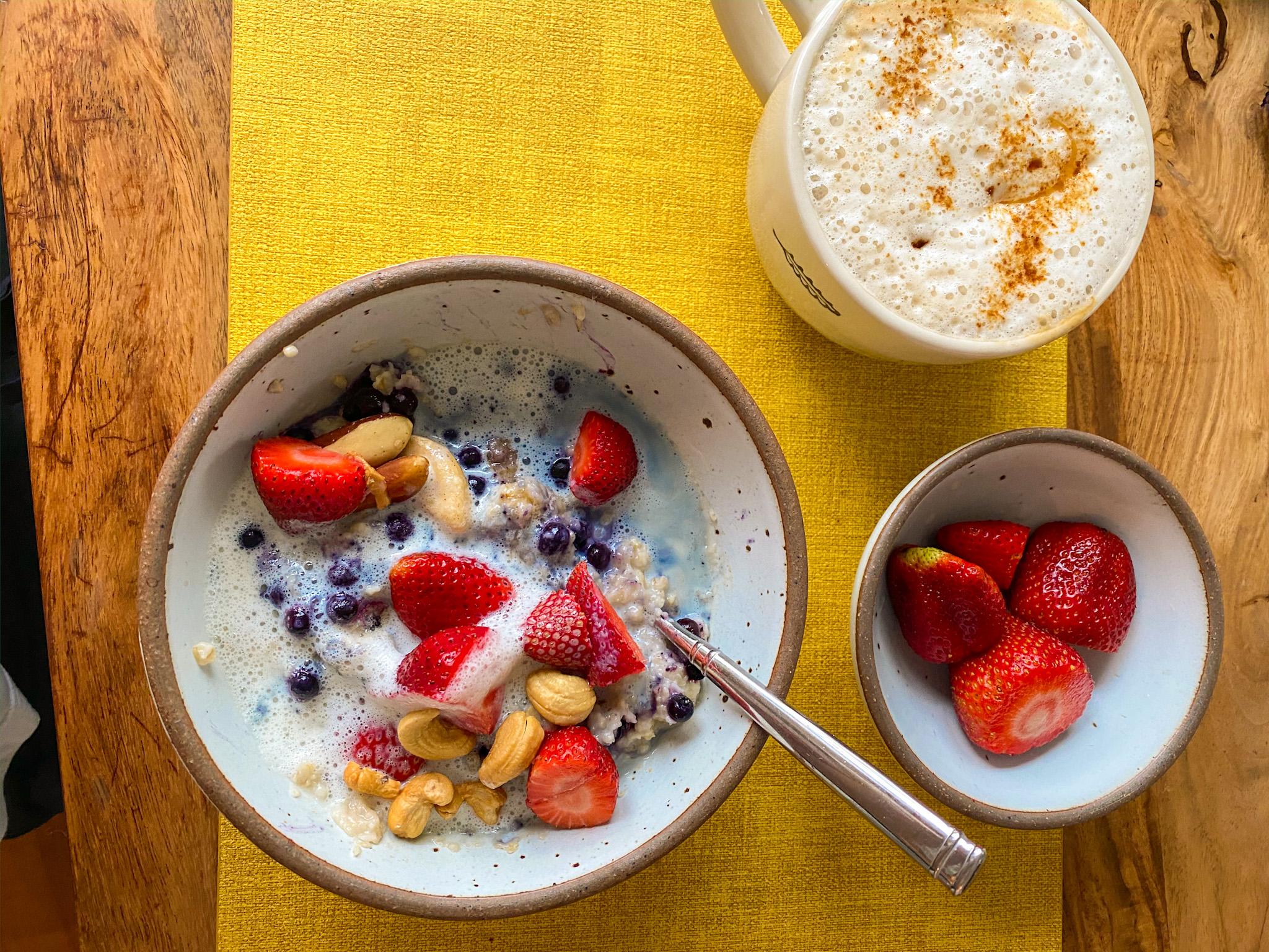 oatmeal breakfast with berries