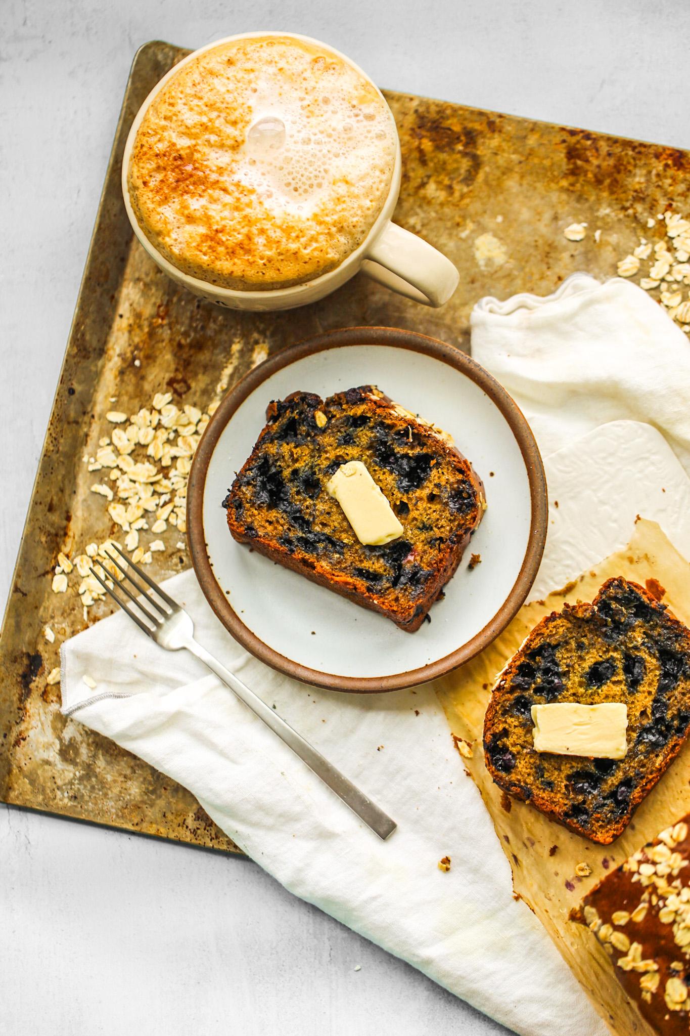 Café da manhã com pão de limão e mirtilo