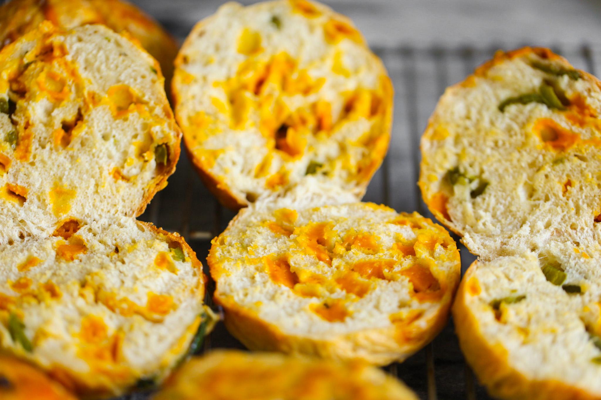 Jalapeño Cheddar Bagels sliced
